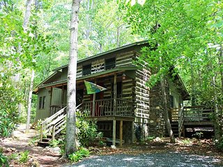 AUTHENTIC CABIN ON CREEK WITH BUBBLING HOT TUB, FIRE PIT, WIFI & PETS OK!