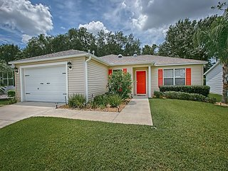 Beautiful designer home in Amelia with a complimentary gas golf cart, The Villages