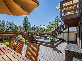 Mountain Chalet - Hot Tub - Sauna - 3400 sq' 1 blk to Pools and Beach, South Lake Tahoe
