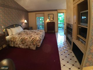 Ozark Spring Cabins #1, King Bed, Giant Spa Tub, Kitchen, Secluded, Private Deck with View, Eureka Springs