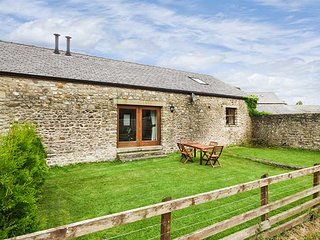 PARSLEY COTTAGE, lawned garden, pet-friendly, WiFi, bike storage and off road