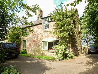 VICARAGE COTTAGE, stone-built, woodburner, both bedrooms en-suite