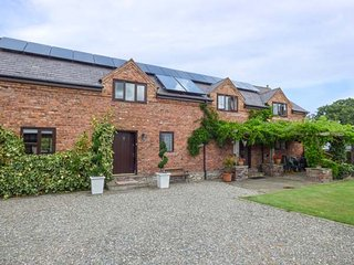 HOME FARM, detached country house, pet-friendly, hot tub, woodburner, en-suites, St Asaph, Ref 924335, St. Asaph
