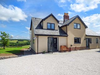 CAEAU MAWR, luxury detached cottage, WiFi, country views, hot tub, in Denbigh, R