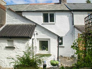 HIGH MOOR COTTAGE, terraced, woodburner, garden, great touring base, in Liskeard