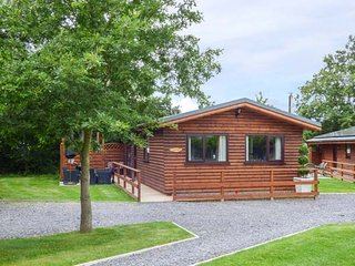 THE RED, single-storey, detached, hot tub, en-suite, woodburner, parking, decking, in St. Asaph, Ref 941257