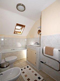 Cardigan Bay holiday cottage - master en-suite bathroom with separate shower