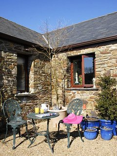 Quaint holiday cottage near Llangrannog with sheltered patio