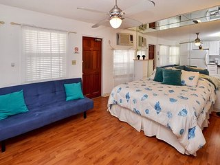 Sea Rocket #12 Bright and Cheery Ground Floor, Beach Condo  - Free WiFi!, North Redington Beach