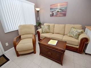 Tropic Breezes #12- 2nd Floor Gulf View Condo with Pool, BBQ and Free WiFi!, Madeira Beach