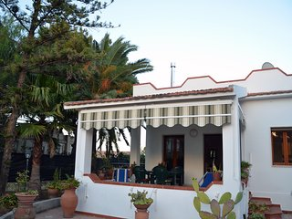 Bright & modern villa 4 minutes from the beach, 400m from the sandy beach