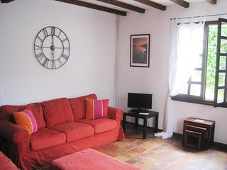 Quillan 3 Bed 3 Bathroomed House. Garden and Parking, free Wifi.