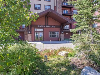 Ski in/out condo w/pool access, close to golf, nice views!
