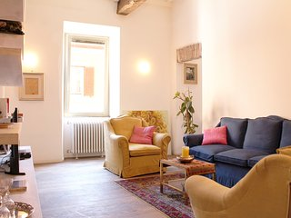 Lavish 2BR Art Apartment by the Trevi Fountain, Rome