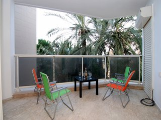 Hama'apilim - Beachfront 2 Bed, Balcony & Parking, Herzliya