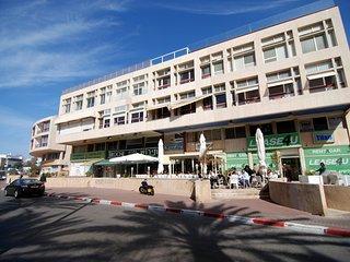 Hama'apilim - Beachfront 2 Bed, Balcony & Parking