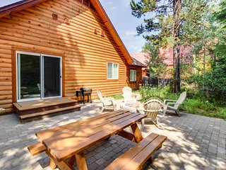 Charming log home w/ outdoor firepit, hot tub and close to lake