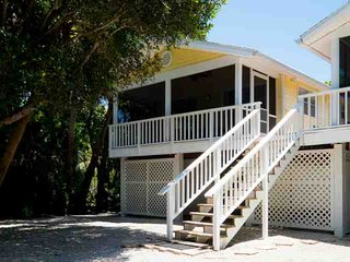 746 Cardium Street - Cottage 1 - Newly Redecorated! New to Market, Prime Season Dates Available!, Isla de Sanibel