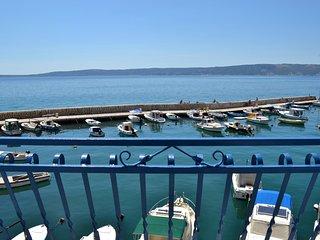 Charming port views right at the sea, Kastel Novi