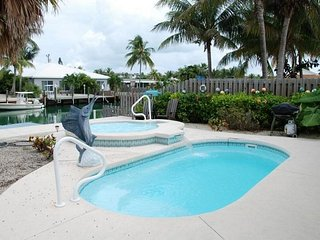 P31 Cozy Cove 2 bd pool home w/ deep water dockage