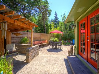 Classy/Hip 3BR with serene Backyard 3.5 M Airport
