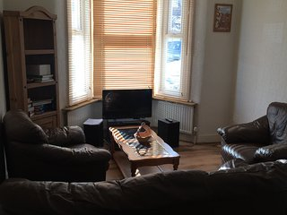 Nice and cosy  2 bedroom house 8 mins to train