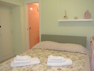 camera da letto al piano rialzato con balconcino