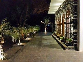 Luxurious Vintage Villa with Swimming Pool, Khandala