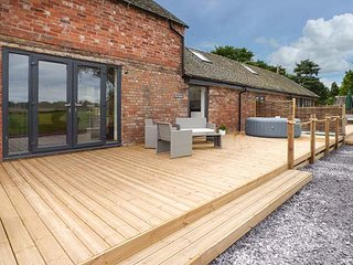 THE GRANARY, quality barn conversion, hot tub, decked area, countryside views, in Soudley, Hinstock, Ref 940347