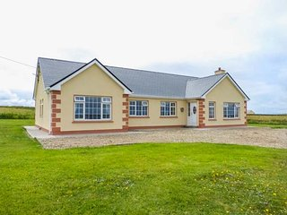 CROSSBOYD, bungalow near coast, pet-friendly, ample off road parking, two en-suite bedrooms, Belmullet, Ref 942110