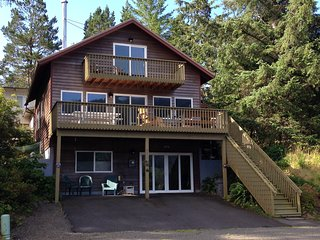Mtn/Ocean View, Walk to Beach/Town, Hot Tub, Wifi, Manzanita