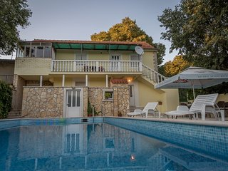 Inviting Private Pool Stone Villa- 20 min to Split