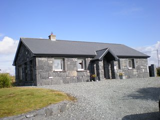 Comfortable Cottage in Small Cluster beside Lake, Ballyconneely