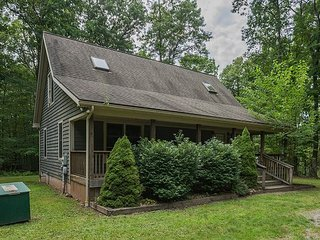 Charming Cabin with Covered Porch & Hot Tub, Swanton