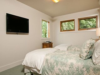 2 Master Suites, 100 Yds from Moose Creek Lift, Ski in, 2 Living Areas, Teton Village