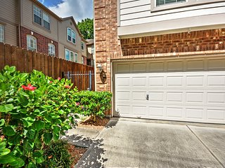 NEW! 3BR Houston Townhome - Central River Oaks Location