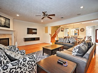 Ideal HOU Townhome - Walk to Central River Oaks!