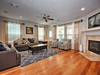 3BR Houston Townhome near Central River Oaks!