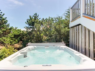 Modern, waterfront, dog-friendly house w/ ocean view, hot tub, & beach access!, Warrenton