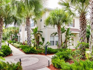 Lovely townhouse with community pool, hot tub  - five miles from Disney World!