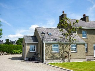 GARREG WEN ISAF BACH, romantic retreat, pet-friendly with WiFi, Penygroes, near Caernarfon, Ref 925687