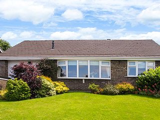 3 CYPRESS WAY, close to town and country, lawned garden with patio, WiFi, off road parking, Disley, Ref 941649