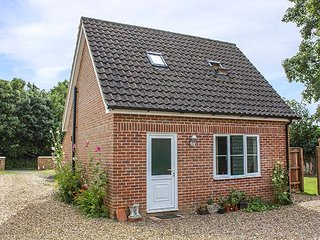 HOLLYTREE COTTAGE, detached, WiFi, pet-friendly, patio, nr Attleborough, Ref 941