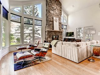 Spacious home in Arrowhead, shuttle ride from slopes - The Ridgeside Retreat