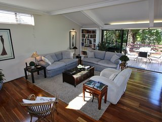 MOSMAN 3BED 2BATH F/F PRESTIGE POSITION, VIEWS NR FERRY, BUS, HARBOUR, PARKING.