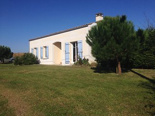 French Country Cottage with Private Heated Pool, Mortagne-sur-Gironde