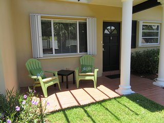 Steps to Gated Beach, Bright Beach House up to 6!, Pompano Beach