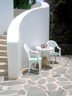 A sentar se fuerra en la terraza al jardin