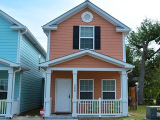 Family friendly townhouse, walk to beach, full kitchen, picnic table, + location