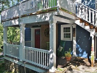 Red Door - Downtown Hideaway tasteful 2 bedroom unit.